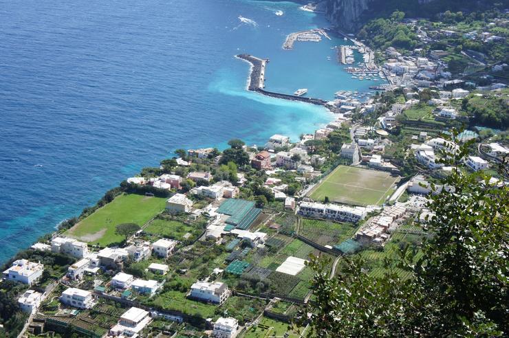 Город Капри находится на восточной стороне острова. В нем расположены две  восхитительные пристани Маленькая пристань и Большая пристань (основной  порт ... 9197ba778a8ee