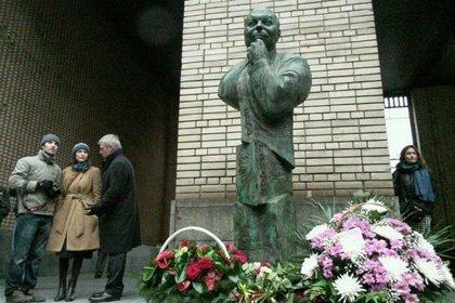 Установка памятников цена а на кассе другая памятник чехову белорецк