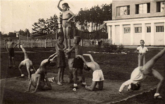 history of cheerleading