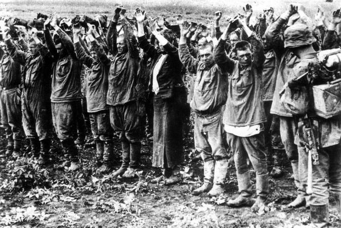 Шеренга военнопленных красноармейцев