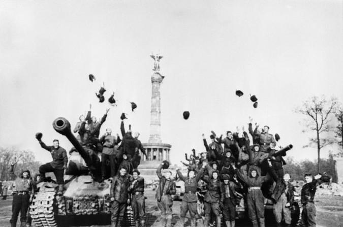 Советские танкисты на ИС-2 и Т-34 радуются Победе. Берлин, 9 мая 1945.