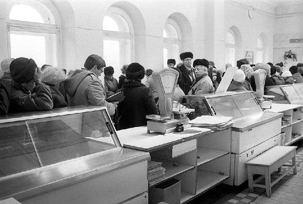 Картинки по запросу ПУСТЫЕ ПОЛКИ В МАГАЗИНАХ В СССР