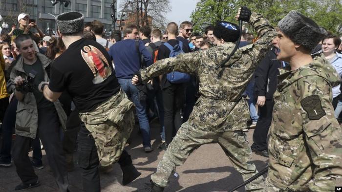 Люди в форме казаков избивают демонстрантов на Пушкинской площади в Москве, 5 мая 2018 года