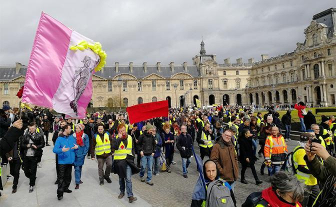 """На фото: во время манифестации движения """"желтых жилетов"""" и организаций"""