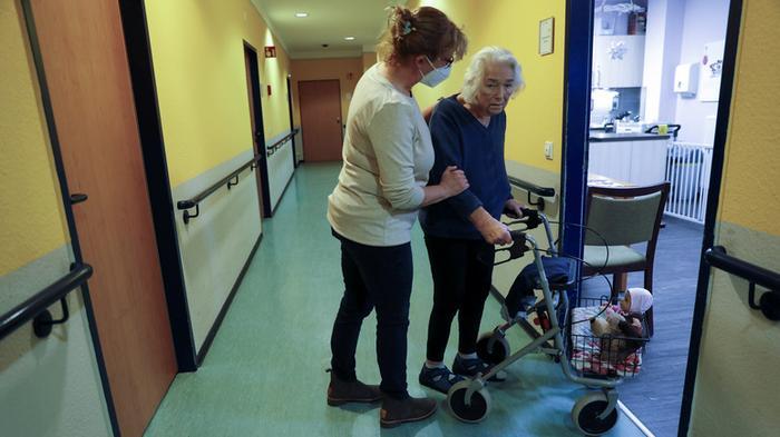 Daily Telegraph: служба здравоохранения Великобритании планировала отказы от медпомощи престарелым в случае пандемии