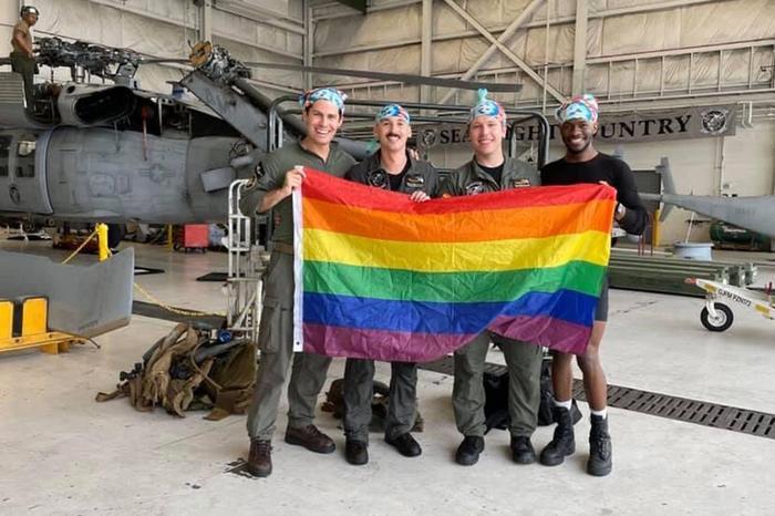 Первый гей-экипаж появился в американской военно-морской авиации. Фото: twitter.com/travisakers