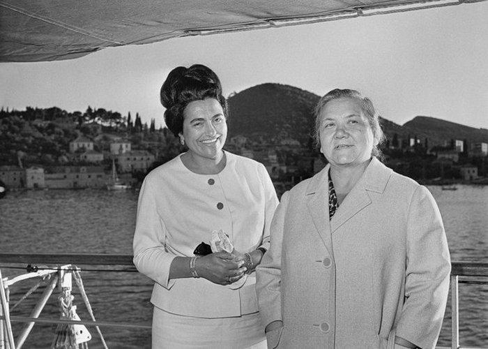Нина Хрущёва (справа).