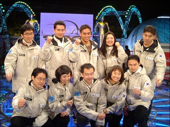 Десять финалистов отбора на 24 ноября 2006 года. Ли Со Ён и Ко Сан стоят рядом в верхнем ряду.