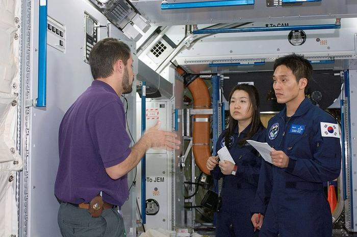 Ли Со Ён и Ко Сан на тренировке по американскому сегменту МКС