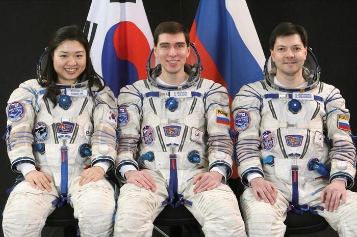 Экипаж старта корабля «Союз ТМА-12» слева направо: Ли Со Ён, Сергей Волков и Олег Кононенко
