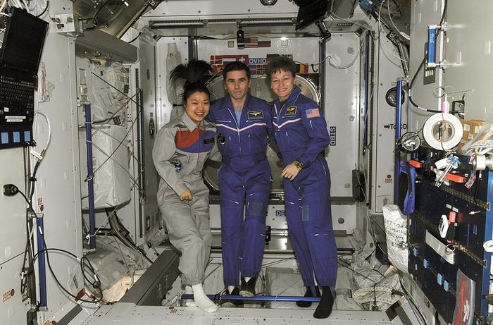 Экипаж посадки корабля «Союз ТМА-11» слева направо: Ли Со Ён, Юрий Маленченко и Пегги Уитсон