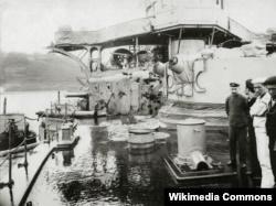 """Фотография повреждения японского броненосного крейсера """"Нисшин"""" после взрыва одного из его орудий во время битвы при Цусиме в мае 1905 года"""