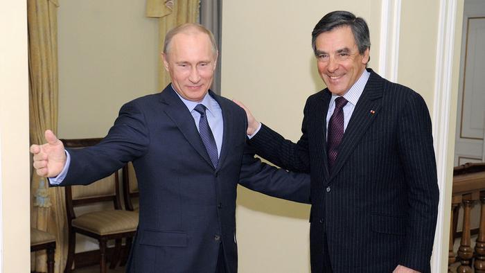 Президент России Владимир Путин во время встречи с бывшим премьер-министром Франции Франсуа Шарлем...