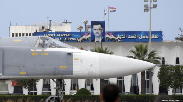 Российский бомбардировщик Су-24 на авиабазе Хмеймим в Сирии