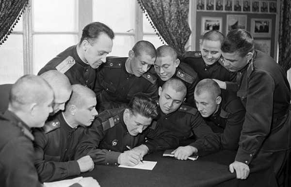 Солдаты и сержанты пишут письмо
