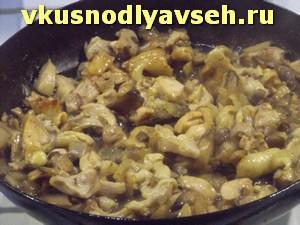 лук, курицу и грибы жарить до готовности