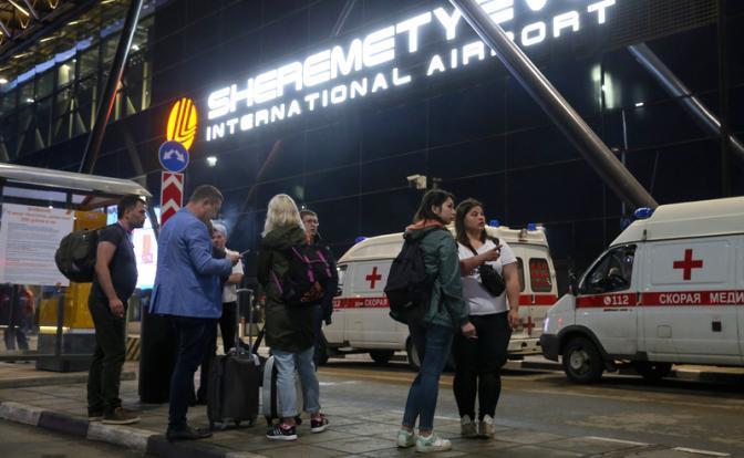 """На фото: автомобили скорой помощи у аэропорта Шереметьево. В результате возгорания в самолете Sukhoi Superjet-100 с бортовым номером RA-89098 авиакомпании """"Аэрофлот"""", который следовал в Мурманск из Москвы и совершил вынужденную посадку в аэропорту"""