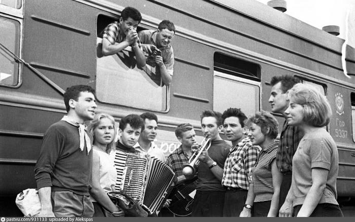 Молодёжь едет на великие стройки СССР