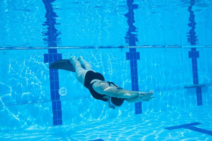 Тренировка фридайвера в бассейне
