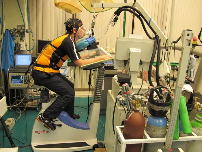 Испытуемый контрольной группы во время проведения исследования в лаборатории физиологии мышечной деятельности Института медико-биологических проблем РАН