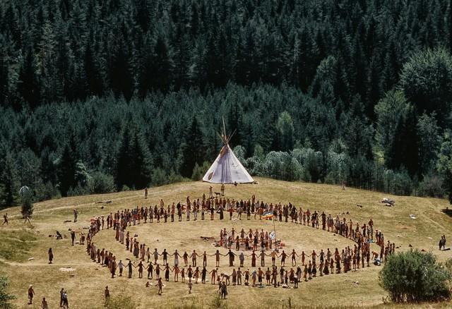 В Испании около 200 хиппи из «Семьи Радуги» собрались в горах Ла Риохи — они танцуют и занимаются сексом на природе