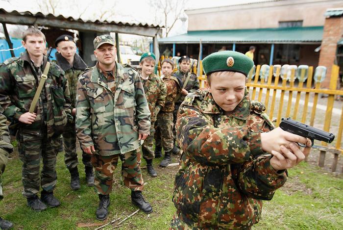 Воспитанник кадетской школы имени генерала Ермолова (Ставрополь) на стрельбах