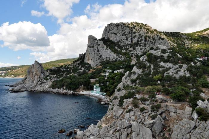 Снимок горы Кошка высотой в 254 метров, где была создана первая астрономическая обсерватория в Крыму. Гора получила такое название по причине того, что своими очертаниями напоминает лежащую кошку. На её вершине археологами обнаружены остатки античных и средневековых крепостей тавров, византийцев и генуэзцев.