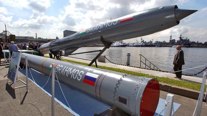 Сверхзвуковая противокорабельная ракета «Брамос» на Международном военно-морском салоне в Санкт-Петербурге