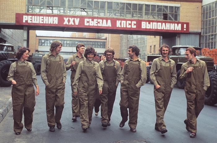 Измождённые непосильным трудом советские рабочие