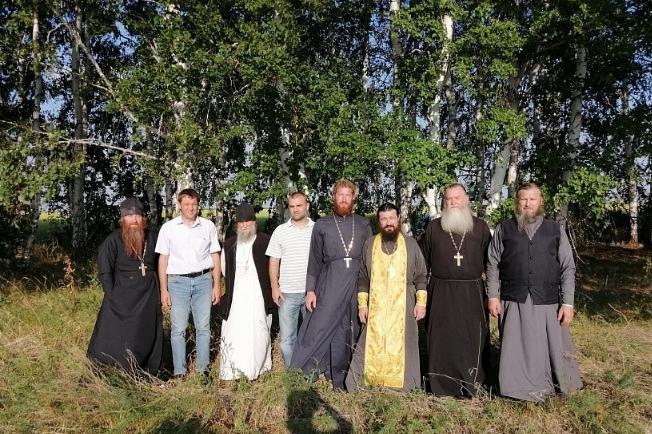 В Зауралье, где из-за жары гибнет урожай, на полях депутата облдумы прошел молебен о дожде