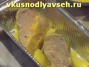 кусочки рыбы выложить поверх картофеля