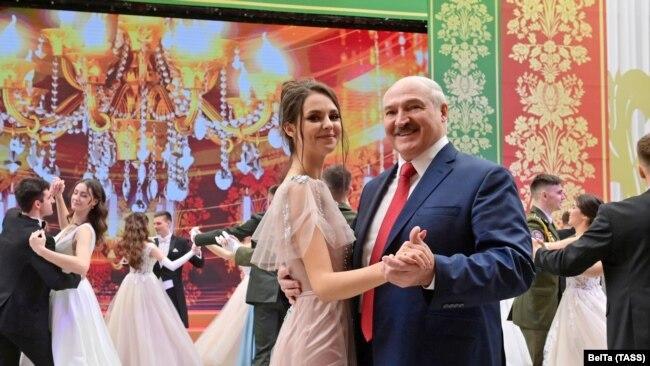 Лукашенко танцует на новогоднем балу в Минске