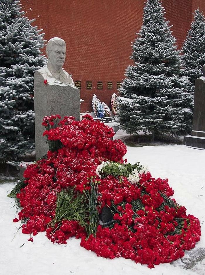 Фото из Интернета. Кто заслужил цветов больше: Елицин или Сталин?