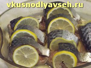 переложить рыбу колечками лимона