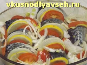 выложить колечки лука и помидоров