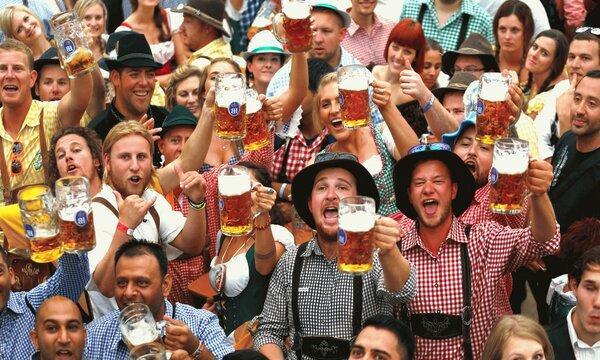 Oktoberfest - это радость, веселье, личные знакомство и много вкусного пива!