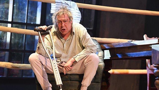 Михаил Ефремов в спектакле Не становись чужим на сцене театра Современник. Архивное фото