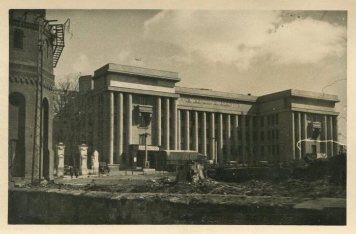 Главный фасад Дома офицеров. Слева видна водонапорная башня, которую снесут после войны. Источник: vk.com/minskphotohistorynews