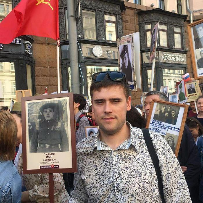 Вместе с народом: президент РФ прошёл в колонне «Бессмертного полка»