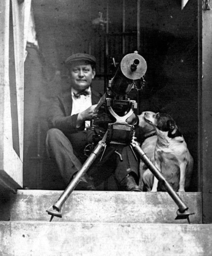 Мужчина готовится защищать свой дом во время «восстания» чернокожих.Чикаго, 1919 год