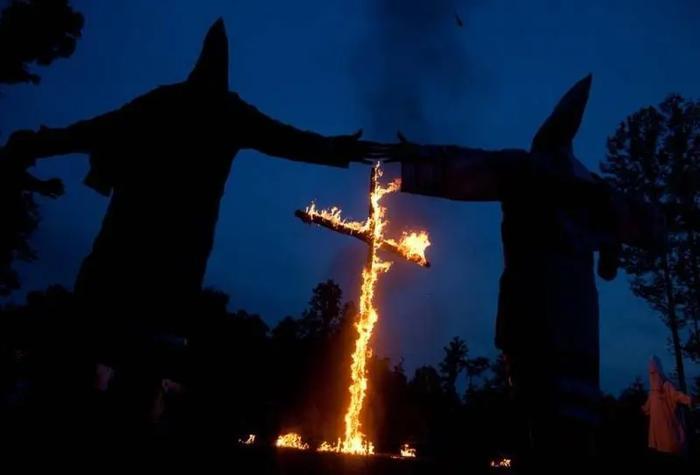 Пылающие кресты так хорошо смотрятся в голливудских фильмах.