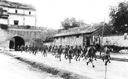 На фото, сделанном в 1937 г., показаны китайские войска, бегущие к мосту Лугоу для борьбы с японскими захватчиками