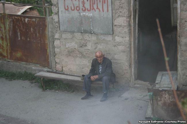 Житель одного из грузинских сел в Южной Осетии - его дом к моменту, когда была сделана фотография, уже разграбили и сожгли. Самого старика пощадили