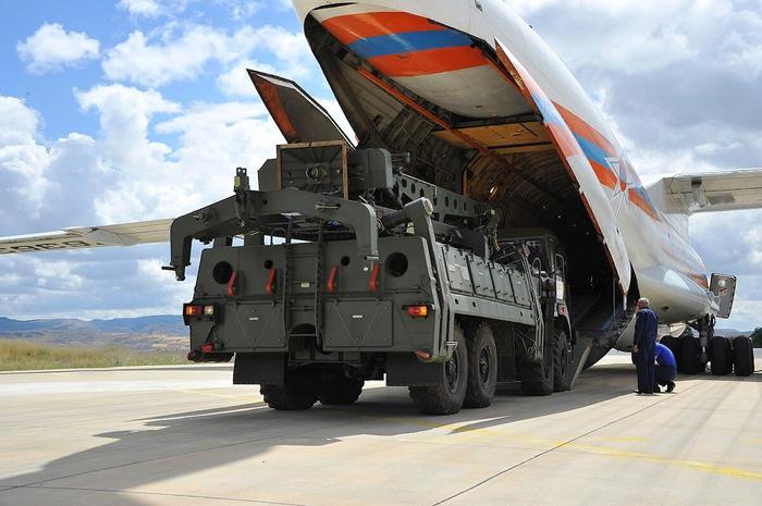 Погрузка ЗРК в транспортный самолет для отправки на боевую задачу. Фото из Гугла с лицензией на использование