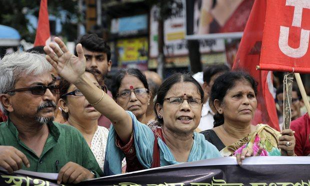 Активисты Коммунистической партии Индии (марксистской) скандируют лозунги в Калькутте в ходе общенациональной забастовки.