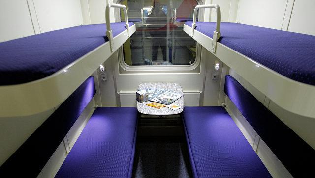 Купе в пассажирском вагоне поезда. Архивное фото
