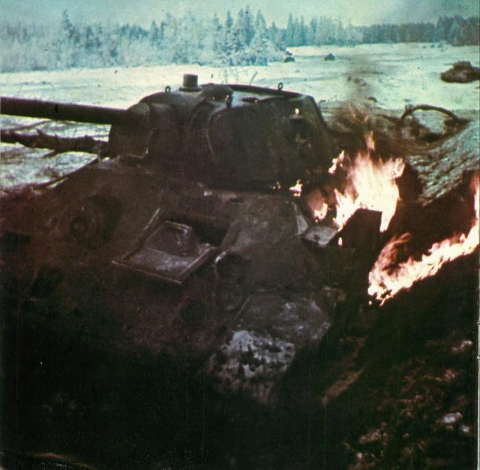 Фото: Горящий советский танк Т-34, подбитый в ходе боя в районе города Клин