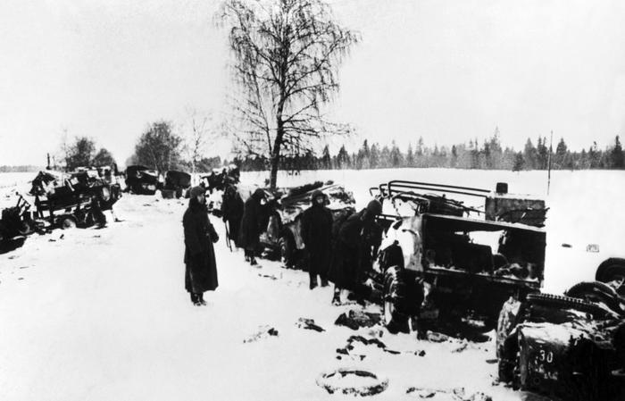 Фото: Красноармейцы осматривают колонну разбитой немецкой автотехники под Клином