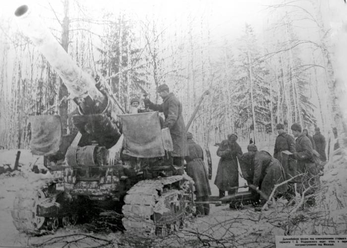 Фото: Советская гаубица Б-4ММ ведет стрельбу под Москвой