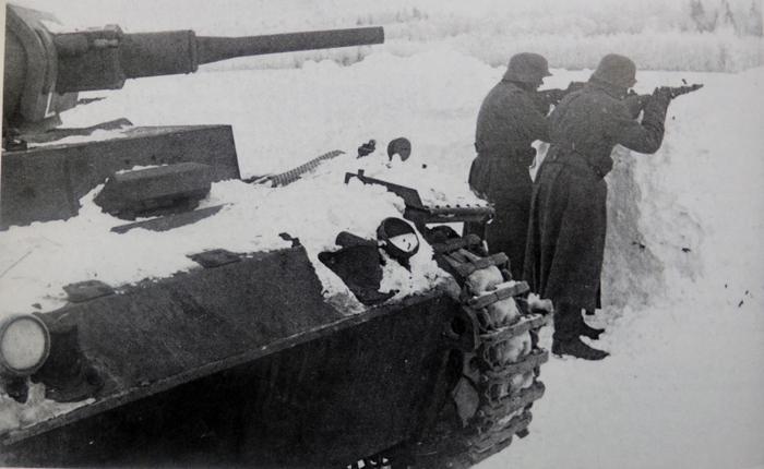 Фото: Немецкие солдаты у танка Pz.Kpfw. III на оборонительной позиции во время контрнаступления советских войск под Москвой